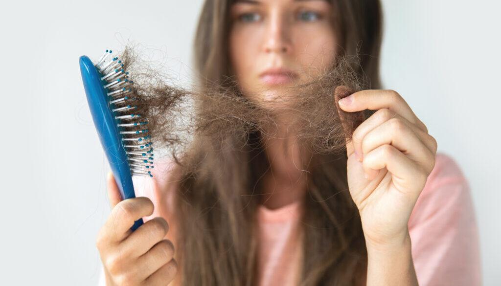 年纪轻轻就面临脱发危机?了解【3种常见的脱发原因】每根头发都是有姓名的,我们应该好好的呵护它!